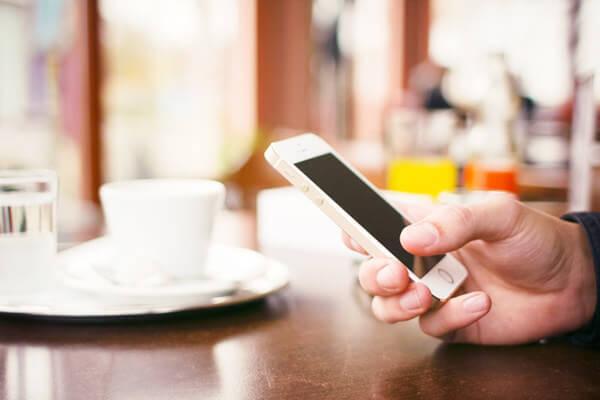 スマートフォンでインターネットを使うイメージ