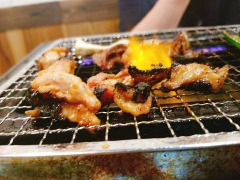 網焼きで鶏肉を炙る様子